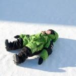Morten liebt es sich im Schnee zu sonnen
