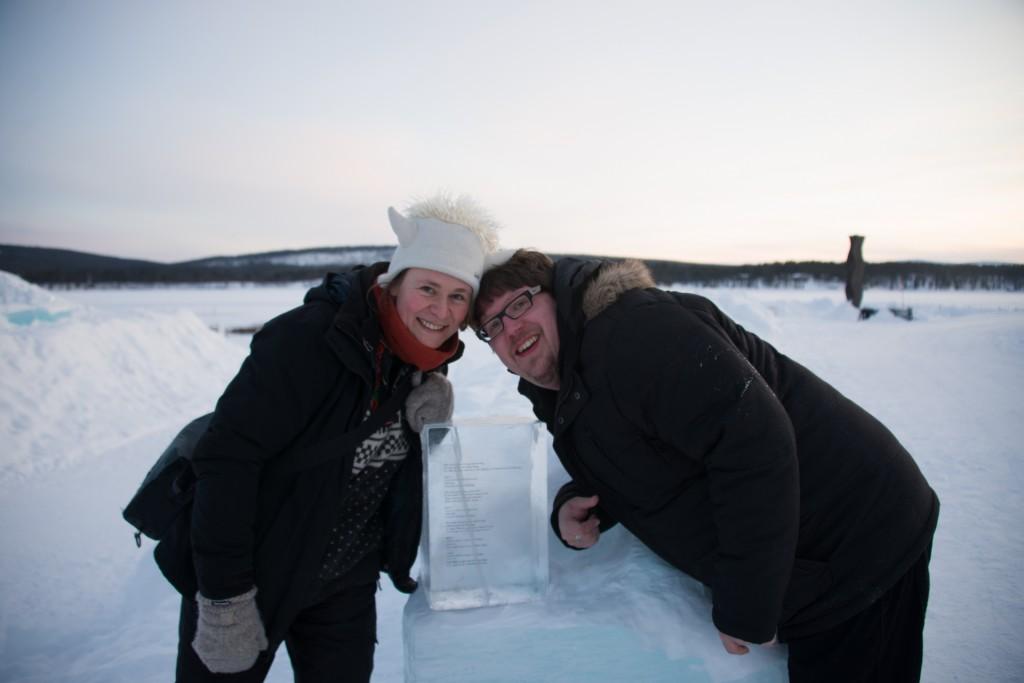 Ehepaar mit book of love in Ice, Hochzeit im Icehotel