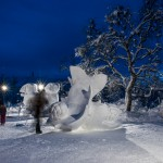Die fertige Skulptur in der blauen Stunde