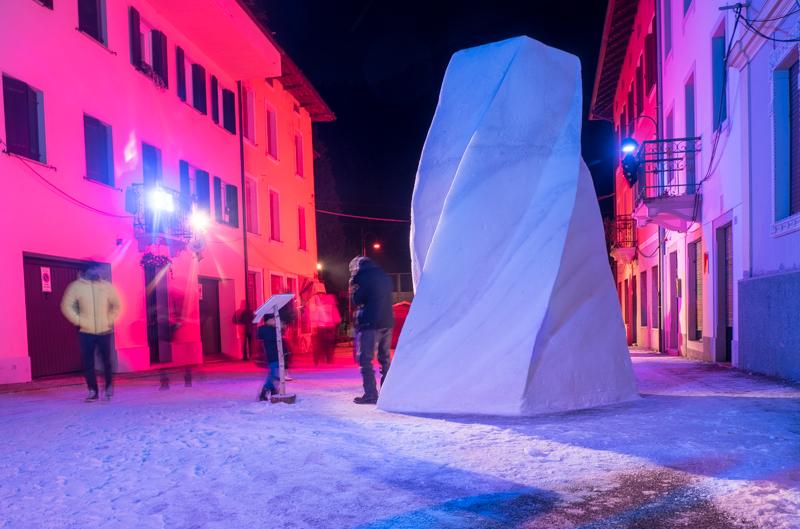 """Eine Schneeskulptur in Pontebba """"Twisty Lanes"""""""