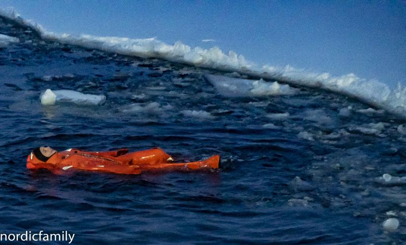Arctic Explorer Icebreaker schwimmen