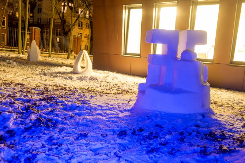Schneeskulpturen in Potsdam Familienskulptur