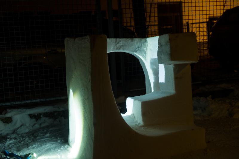 Schneeskulpturen in Potsdam Vorgarten